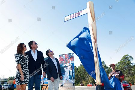 Mike Piazza, Alicia Piazza, Jeff Wilpon. Former New York Mets catcher Mike Piazza, center left, his wife Alicia, left, and Mets COO Jeff Wilpon watch as newly named Piazza Dr., is unveiled during a ceremony in front of the Mets spring training facility, in Port St. Lucie, Fla