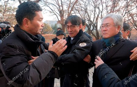 A former Samsung worker (L) protests against Park Sang-Jin (R), former president of Samsung Electronics who leaves the Seoul High Court after a trial