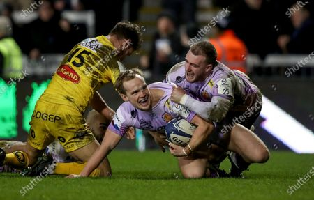 Stock Photo of Exeter Chiefs vs La Rochelle. Exeter's Stuart Townsend celebrates his try with Stuart Hogg