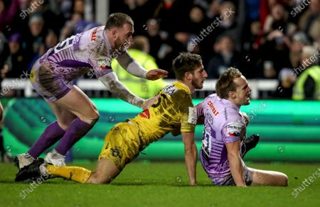 Stock Image of Exeter Chiefs vs La Rochelle. Exeter's Stuart Townsend celebrates his try with Stuart Hogg