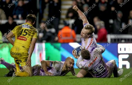 Exeter Chiefs vs La Rochelle. Exeter's Stuart Townsend celebrates his try with Stuart Hogg