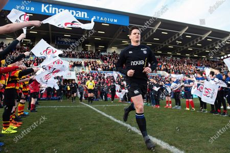 Freddie Burns and the rest of the Bath Rugby team run onto the field