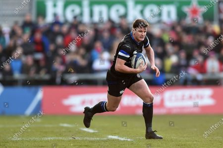 Freddie Burns of Bath Rugby goes on the attack