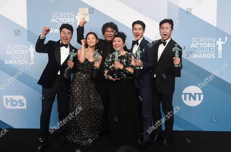 """Stock Image of Kang-Ho Song, Park So-dam, Bong Joon-ho, Jang Hye-jin, Choi Woo-shik, Lee Sun-kyun. Kang-Ho Song, from left, Park So-dam, Bong Joon-ho, Jang Hye-jin, Choi Woo-shik, and Lee Sun-kyun pose in the press room with the award for outstanding performance by a cast in a motion picture for """"Parasite"""" at the 26th annual Screen Actors Guild Awards at the Shrine Auditorium & Expo Hall, in Los Angeles"""