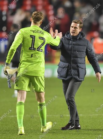 Scott Parker manager of Fulham shakes hands with Marek Rodak of Fulham at the final whistle