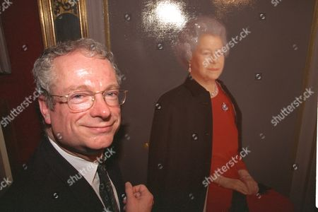 Royal Society Of Portrait Painters Unveils New Portrait Of The Queen By Artist Robert Wraith Who Did Not Attend Opening. Opened By Chris Smith (now Baron Smith Of Finsbury) Secretary Of State For Culture. 1998 Lord Smith