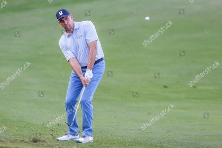 Champions LPGA Golf. John Smoltz, former baseball pitcher, chips onto the 18th green during the final round of the Tournament of Champions LPGA golf tournament, in Lake Buena Vista, Fla