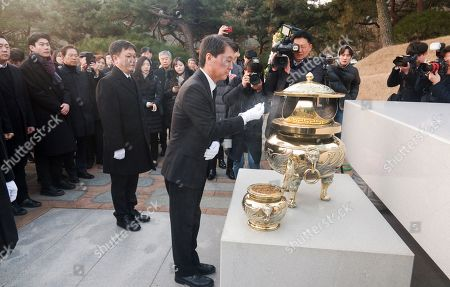 Former South Korean presidential candidate and co-founder of the minor opposition Bareunmirae Party, Ahn Cheol-Soo (C) pays his respects at the grave of former South Korean President Kim Dae-Jung at the National Cemetery in Seoul.