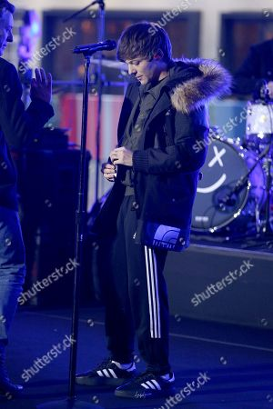 Louis Tomlinson rehearsing for his performance
