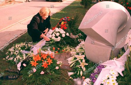 Maestro Solti's Ashes Buried In His Native Hungary ... Maestro Sir Georg Solti's Widow Lady Valerie Places Flowers On The Tomb Of The Hungarian-born Conductor In Farkasreti Cemetery In Budapest March 29. Solti's Ashes Were Later Interred In A Plot Alongside The Family Plot Of His Onetime Teacher Bela Bartok - 1998