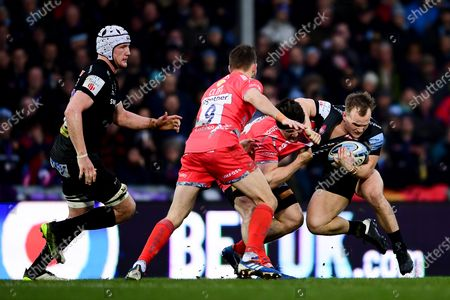 Stuart Townsend of Exeter Chiefs is challenged by Ben Curry of Sale Sharks