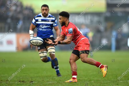 Kyle Eastmond of Leicester Tigers passes the ball