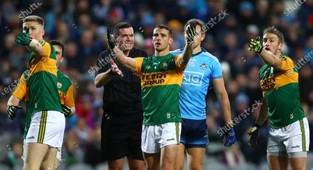 Dublin vs Kerry. Kerry's Shane Enright and Stephen O'Brien appeal to referee Sean Hurson
