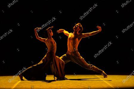 Stock Image of Erina Takahashi and James Streeter rehearse Akram Khan's 'Dust'