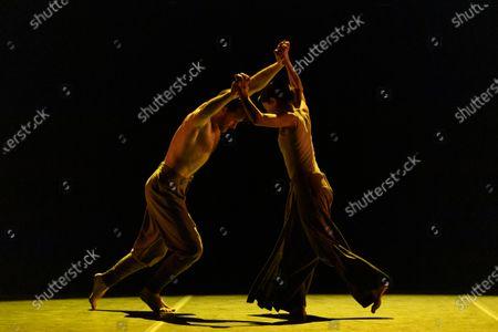 Stock Photo of Erina Takahashi and James Streeter rehearse Akram Khan's 'Dust'