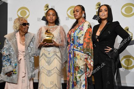 """Margaret Boutte, Emani Asghedom, Samantha Smith, Lauren London. The family of the late Nipsey Hussle, Margaret Boutte, Emani Asghedom, Samantha Smith and Lauren London pose in the press room on behalf of Nipsey Hussle with the award for best rap performance for """"Racks in the Middle"""" at the 62nd annual Grammy Awards at the Staples Center, in Los Angeles"""