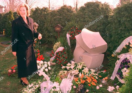 Maestro Solti's Ashes Buried In His Native Hungary... Maestro Sir Georg Solti's Widow Lady Valerie Places Flowers On The Tomb Of The Hungarian-born Conductor In Farkasreti Cemetery In Budapest March 29. Solti's Ashes Were Later Interred In A Plot Alongside The Family Plot Of His Onetime Teacher Bela Bartok - 1998