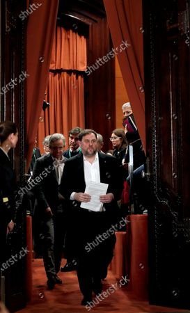 Oriol Junqueras (C), imprisoned former Catalan regional Deputy President, leaves the inquiry commission on the implementation of Spanish Constitution's article 155 at regional Parliament in Barcelona, Spain, 28 January 2020. The implementation of the article by the central government led to the dismissals of former Catalan ministers for their involvement in the pro-independence process in 2017. Imprisoned former Catalan Deputy President Oriol Junqueras and former regional ministers Jordi Turull, Josep Rull, Raul Romeva, Dolors Bassa and Joaquim Form left the jail to attend the inquiry.