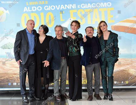Aldo Baglio, Giovanni Storti, Giacomo Poretti, Maria Di Biase, Carlotta Natoli, Lucia Mascino