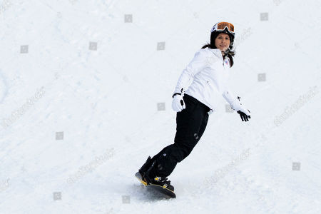 Democratic presidential candidate Rep. Tulsi Gabbard, D-Hawaii, snowboards at Cranmore Mountain Resort, in North Conway, N.H