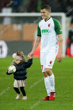 celebration  of  Alfred Finnbogason #27 (FC Augsburg) and seiner Tochter, FC Augsburg vs. SV Werder Bremen, Football, 1.Bundesliga, 01.02.2020, DFL REGULATIONS PROHIBIT ANY USE OF PHOTOGRAPHS AS IMAGE SEQUENCES AND/OR QUASI-VIDEO