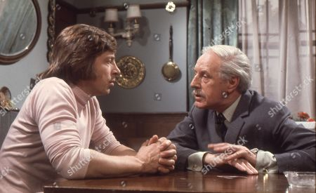 Kenneth Farrington (as Billy Walker) and Moultrie Kelsall as Dr. Mitchell
