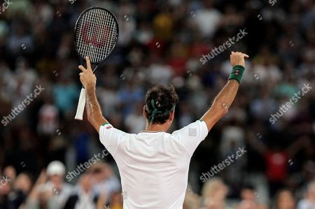 Roger Federer thanks the crowd after winning 3 sets to 2 against Rafael Nadal in their exhibition tennis match held at the Cape Town Stadium in Cape Town, South Africa