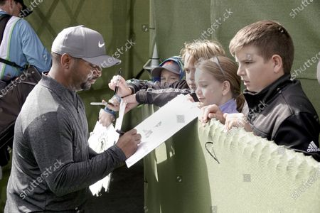 Alfonso Ribeiro signs autographs for the kids and the gallery on 18