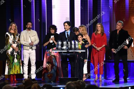 """Laura Dern, Nicolas Cage, Francine Maisler, Noah Baumbach, Azhy Robertson, Scarlett Johannson, Julie Hagerty, Ray Liotta. Noah Baumbach, center, accepts the Robert Altman award for """"Marriage Story"""" at the 35th Film Independent Spirit Awards, in Santa Monica, Calif. Laura Dern, from left, Nicolas Cage, Francine Maisler, Azhy Robertson, Scarlett Johansson, Julie Hagerty and Ray Liotta look on"""