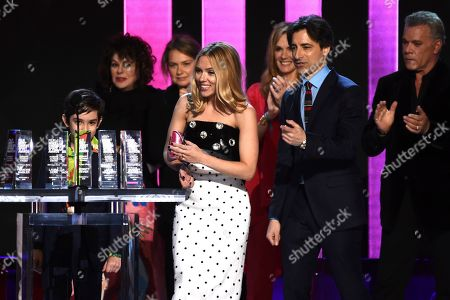 "Azhy Robertson, Francine Maisler, Merrit Wever, Scarlett Johannson, Julie Hagerty, Noah Baumbach, Ray Liotta. Azhy Robertson, from left, Francine Maisler, Merrit Wever, Scarlett Johannson, Julie Hagerty, Noah Baumbach, and Ray Liotta accept the Robert Altman award for ""Marriage Story"" at the 35th Film Independent Spirit Awards, in Santa Monica, Calif"