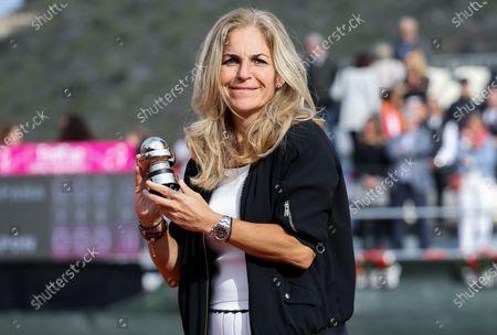 Arantxa Sanchez Vicario receiving the Commitment Award