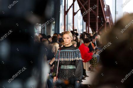 Carolyn Murphy on the catwalk