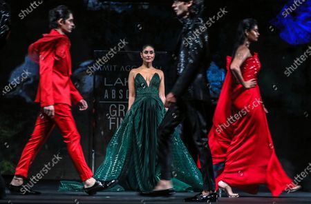 Stock Image of Bollywood actress Kareena Kapoor Khan (C) presents a creation by Indian designer Amit Aggarwal during the grand finale of the Lakme Fashion Week (LFW) Summer/Resort 2020 in Mumbai, India, 16 February 2020.