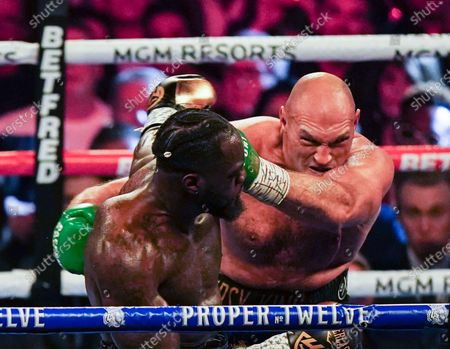Tyson Fury hits Wilder with a Left Hook