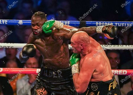 Tyson Fury  hurts Deontay Wilder with a  Right Handed Punch