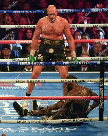 Tyson Fury  knocks down  Deontay Wilder  in 5th Round