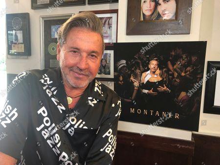 ARCHIVO ? En esta fotografía de archivo Ricardo Montaner posa en su restaurante en Surfside, Florida, durante una entrevista el 22 de mayo de 2019. El cantante venezolano-argentino realizará una gira por Estados Unidos en 2020