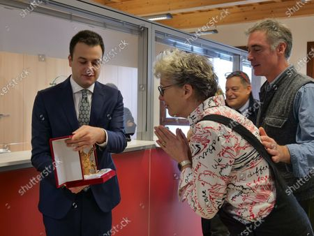 Actress Emma Thompson and her husband Greg Wise showed up at the municipal office to register their residence in the Municipality of Venice. The two actors signed the documents in the presence of the municipal councilor Simone Venturini, who gave the actress a Lion of San Marco