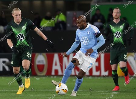 Wolfsburg's Xaver Schlager (L) in action against Malmoe's Isaac Kiese Thelin (C) during the UEFA Europa League round of 32, first leg soccer match between VfL Wolfsburg and Malmoe FF in Wolfsburg, Germany, 20 February 2020.