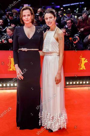 Sigourney Weaver and Sarah Margaret Qualley
