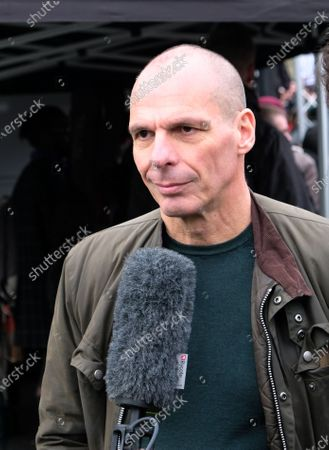 Yanis Varoufakis. Protest in support of Julian Assange, who's extradition trial begins on Monday (24th)