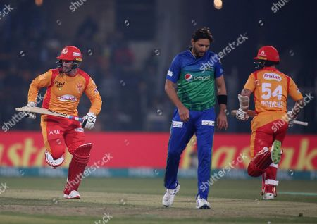 Luke Ronchi Colin Munro. Islamabad United batsmen Colin Munro, left, and Luke Ronchi, right, run between the wickets while Multan Sultans Shahid Afridi walks during their Pakistan Super League T20 cricket match at Gaddafi stadium in Lahore, Pakistan