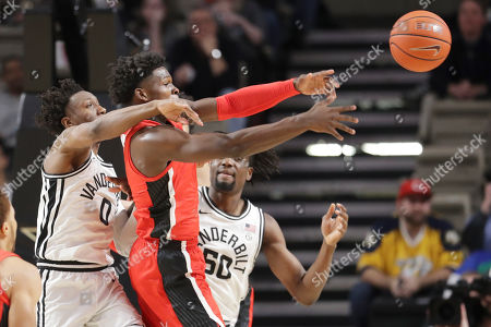 Georgia guard Anthony Edwards, center, passes the ball away from Vanderbilt defenders Saben Lee (0) and Ejike Obinna (50) in the first half of an NCAA college basketball game, in Nashville, Tenn