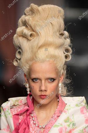 Marjan Jonkman on the catwalk, hair detail, jewellery detail
