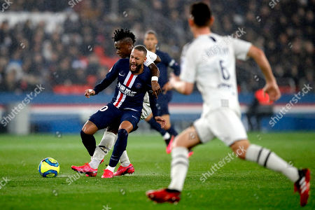PSG's Neymar, front, fights for the ball with Bordeaux's Youssouf Sabaly during the French League One soccer match between Paris-Saint-Germain and Bordeaux at the Parc des Princes stadium in Paris