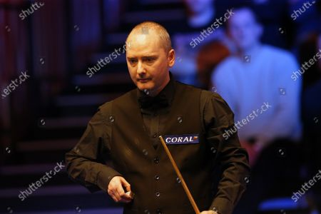 Graeme Dott (SCO) prepares to play a shot during his first round match against John Higgins (SCO)
