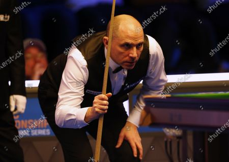 Joe Perry (ENG) lines up his shot during his first round match against Neil Robertson (AUS)