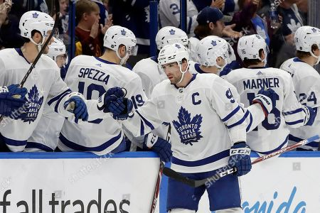 Toronto Maple Leafs center John Tavares (91) celebrates with the bench after his goal against the Tampa Bay Lightning during the second period of an NHL hockey game, in Tampa, Fla