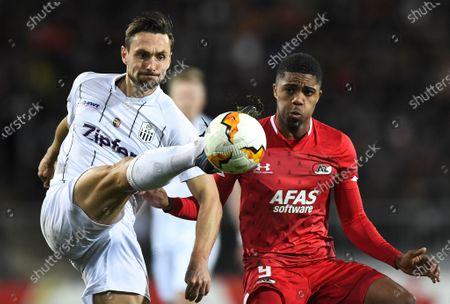 LASK's James Holland (L) in action against AZ Alkmaar's Myron Boadu (R) during the UEFA Europa League round of 32 second leg soccer match between LASK Linz and AZ Alkmaar in Linz, Austria, 27 February 2020.