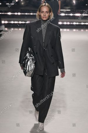 Amber Valletta on the catwalk